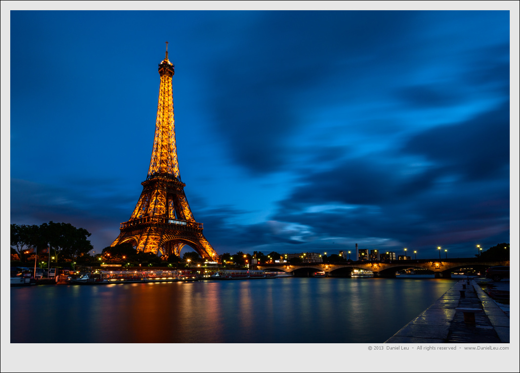Eiffel Tour at night with reflection